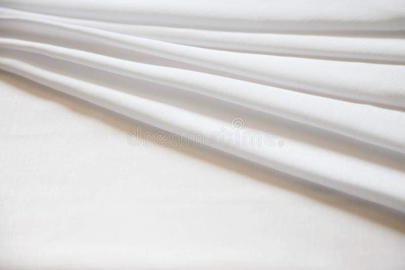 Soie brillante blanche pliée avec les plis mous Blanc mat et brillant photo libre de droits