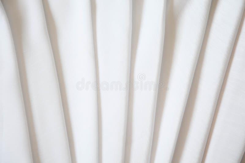 Soie brillante blanche pliée avec les plis mous Blanc mat et brillant images libres de droits