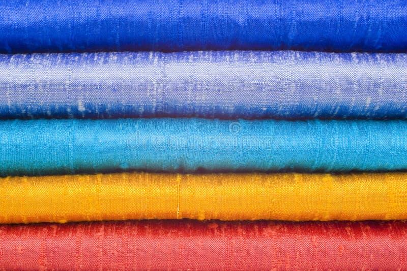 Soie brillante dans cinq couleurs lumineuses images libres de droits