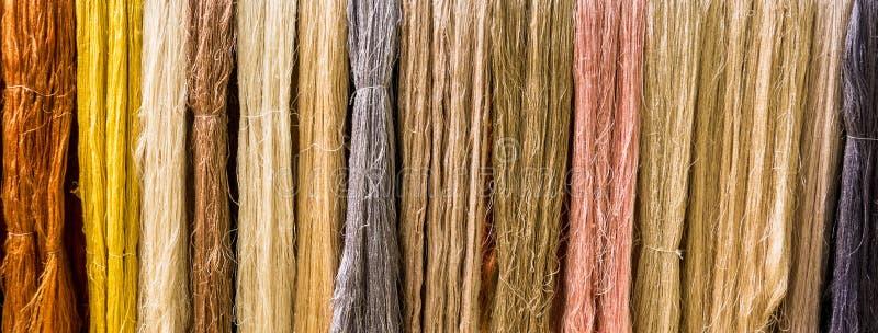 Soie colorée crue sur la corde à linge photographie stock