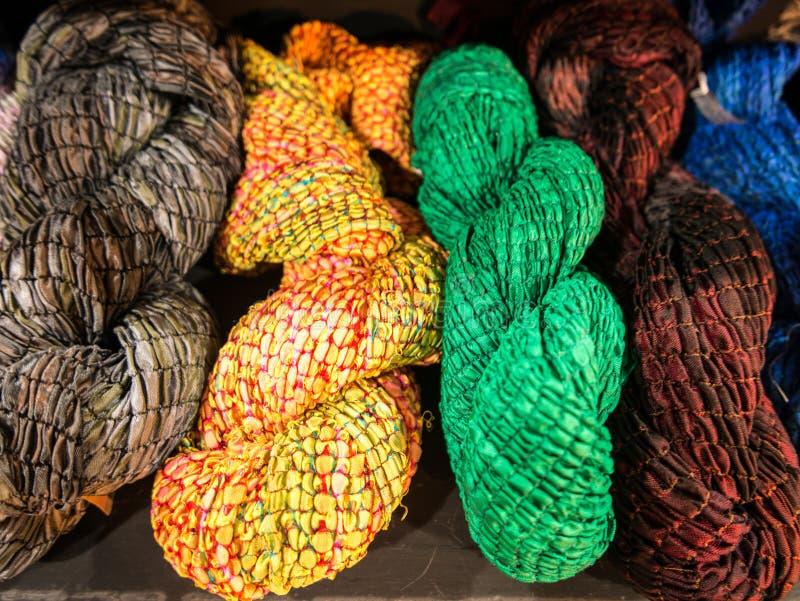 Soie colorée fin vers le haut de soie de couleur images libres de droits