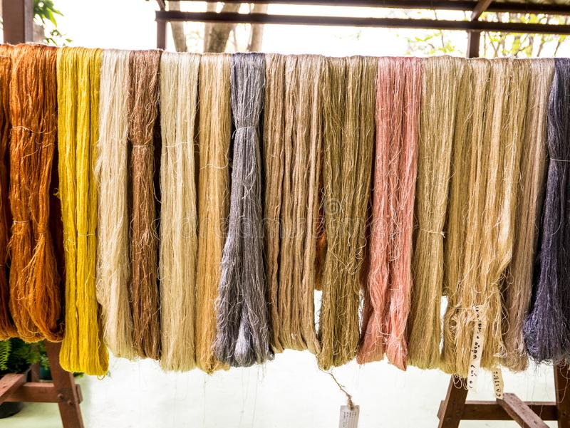 Soie crue colorée sur la corde à linge photos stock