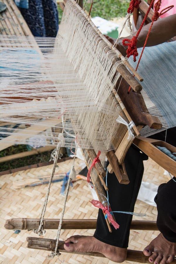 Soie de tissage de femme de manière traditionnelle au métier à tisser manuel image libre de droits