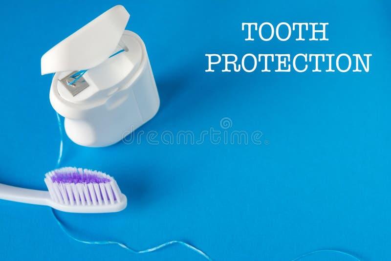 Soie dentaire et brosse à dents image stock