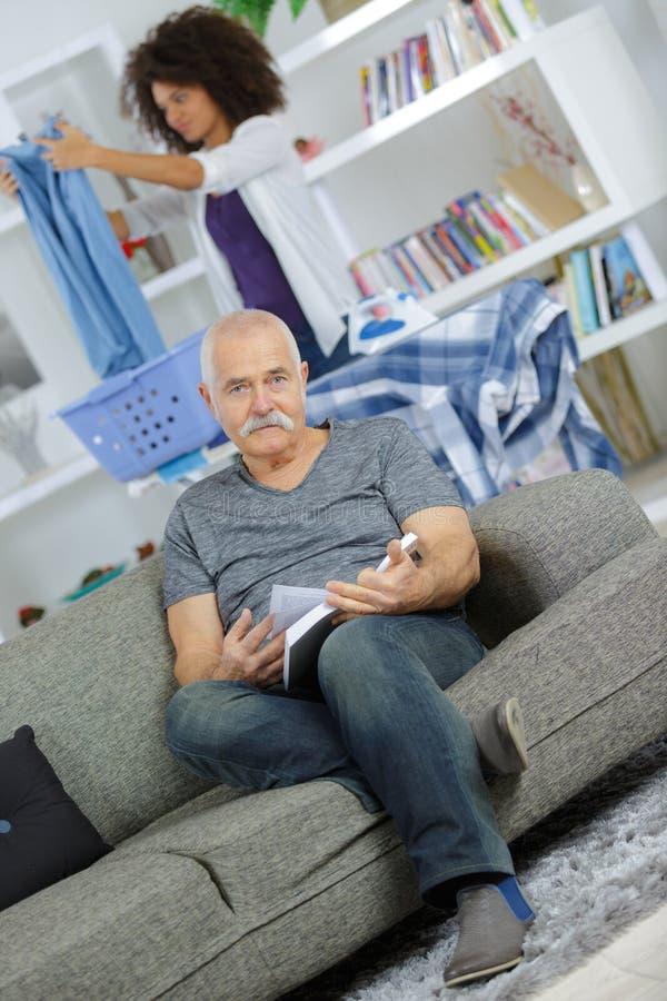 Soignant féminin aidant l'homme supérieur malade incurable photo stock