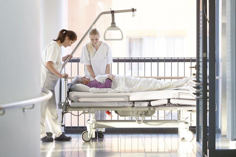 Soigne le lit d'hôpital patient photographie stock