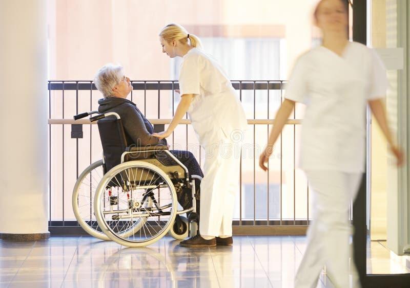 Soigne le patient de fauteuil roulant images stock