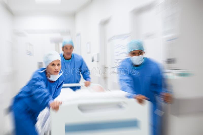 Soigne le patient de précipitation à la chirurgie photographie stock