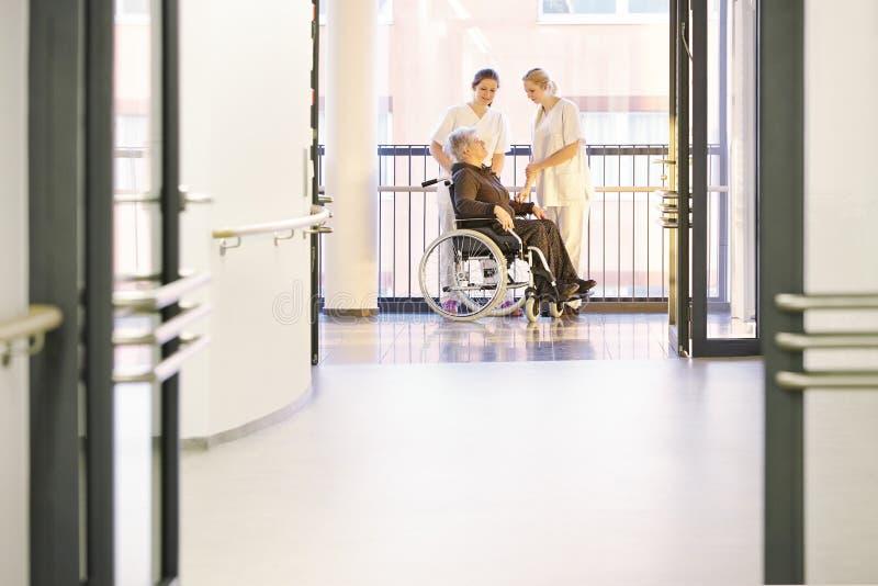 Soigne le patient Rolstuhl photos libres de droits