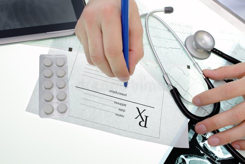 Soignez écrire une recette médicale à la table images libres de droits