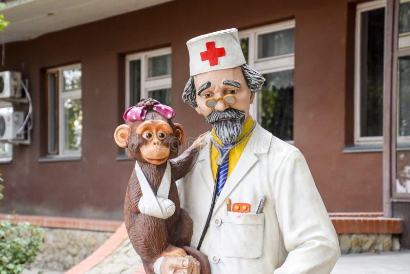 Soignez Aibolit, une statue d'un docteur d'un conte de fées Monument au docteur près de la polyclinique des enfants image libre de droits