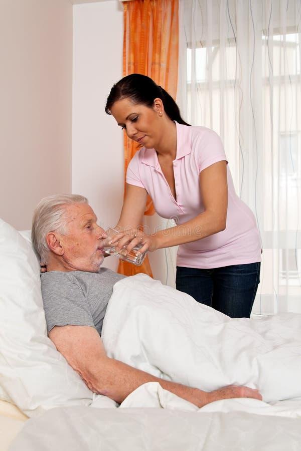 Soignez dans le soin âgé pour les personnes âgées dans les soins images libres de droits