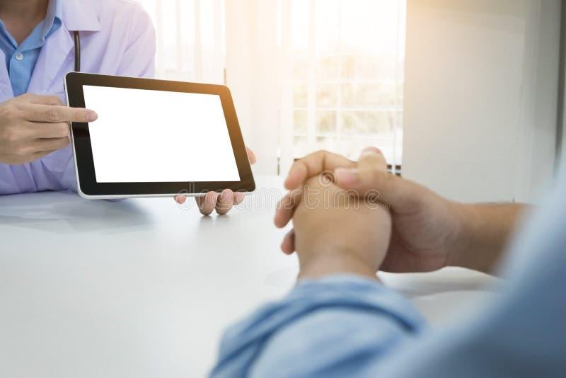 Soignez discuter les notes patientes dans un bureau indiquant un clipb images stock
