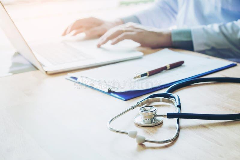 Soignez l'information de dactylographie sur l'ordinateur portable au foyer de bureau d'hôpital dessus images stock