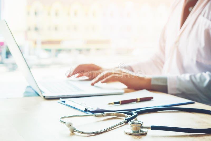 Soignez l'information de dactylographie sur l'ordinateur portable au foyer de bureau d'hôpital dessus image libre de droits