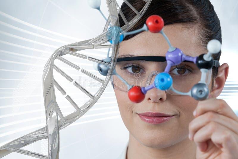 Soignez la femme tenant un chiffre médical avec le brin d'ADN 3D images stock