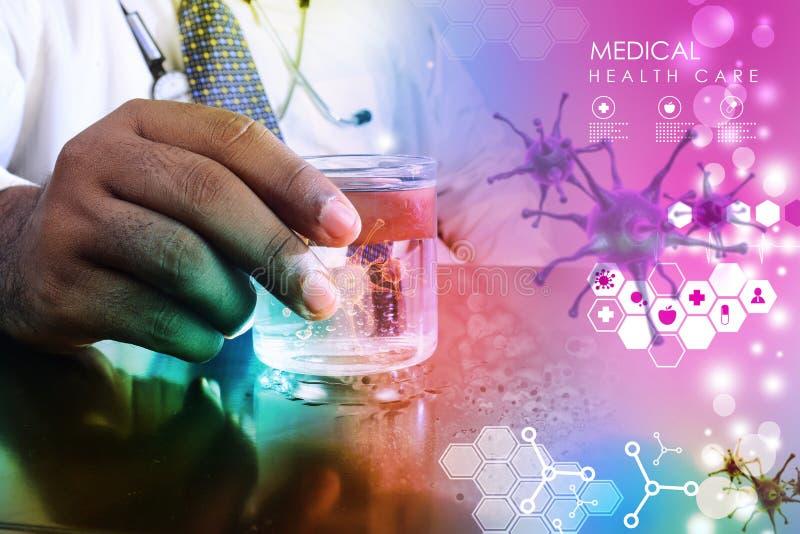 Soignez la main montrant le virus en verre de l'eau image stock