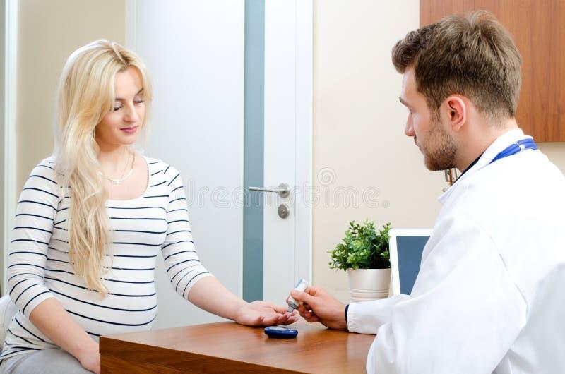 Soignez la mesure du sucre de sang pour le patient de diabète photo libre de droits