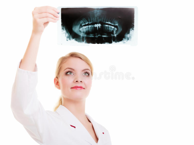 Soignez le radiologue dans le laboratoire blanc regardant le rayon X d'isolement photo libre de droits