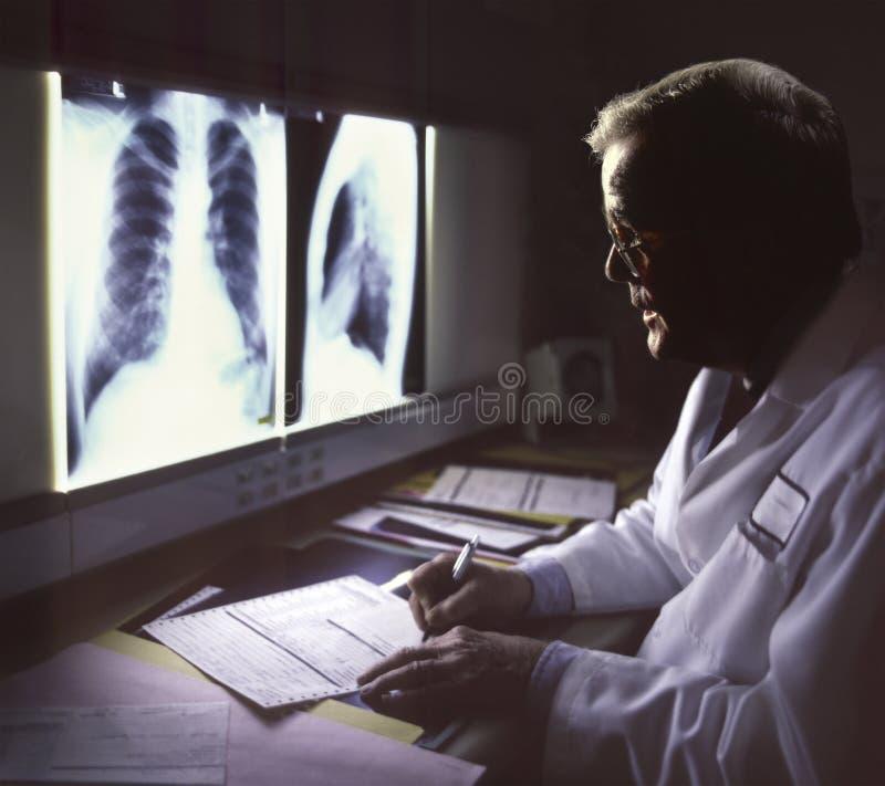 Soignez le rayon X de visionnement images stock