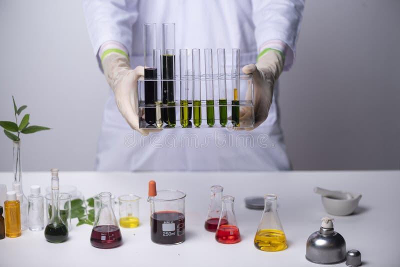 soignez les scientifiques recherchant dans le laboratoire, les soins de santé et le biot images stock