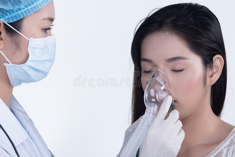 Soignez Nurse dans la chemise bleue blanche avec le glo de stéthoscope et en caoutchouc images libres de droits