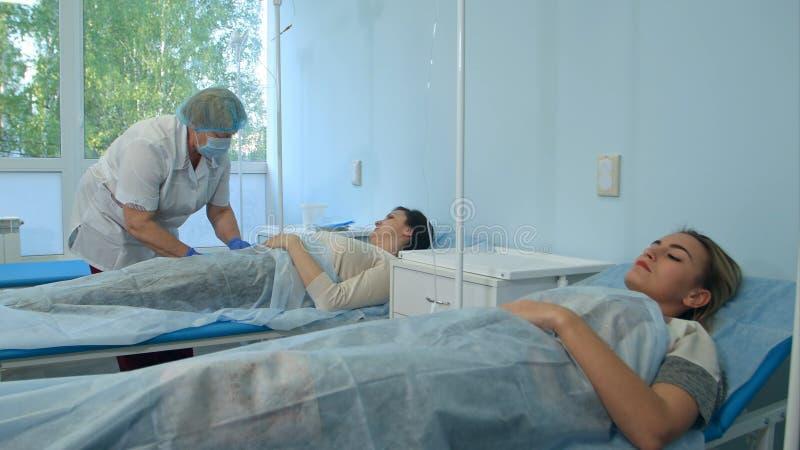 Soignez préparer la veine patiente du ` s afin de mettre le tube IV photo stock