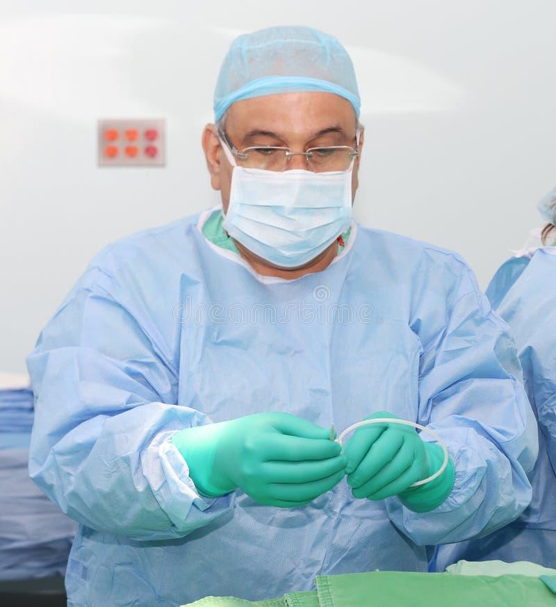 Soignez préparer un cathéter pour l'insertion sur un patient Glissez SA photos libres de droits