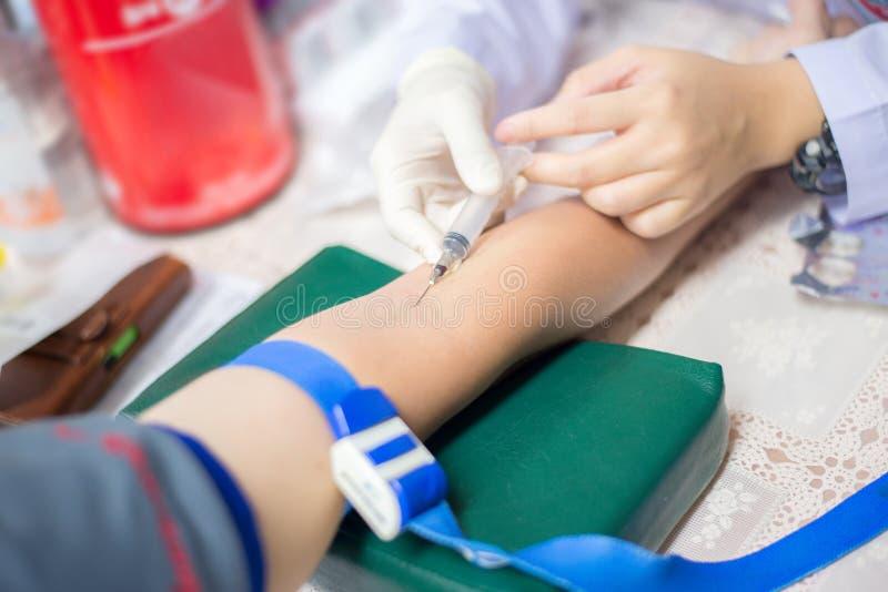 Soignez prendre à une prise de sang pour l'essai la santé photos libres de droits