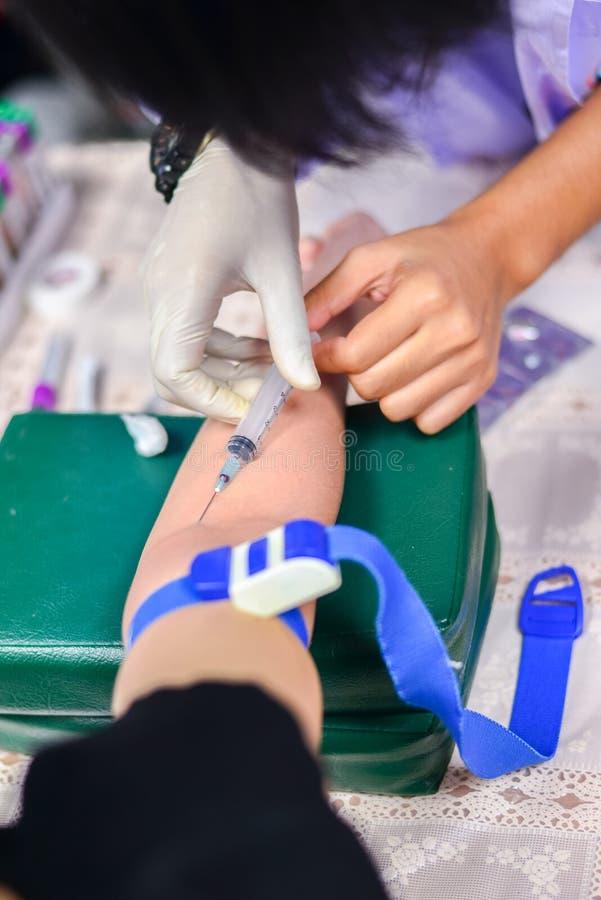 Soignez prendre à une prise de sang pour l'essai la santé images libres de droits
