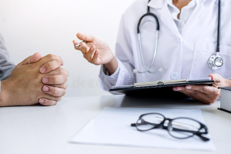 Soignez remplir vers le haut d'une forme d'histoire tout en consultant au patient photo libre de droits