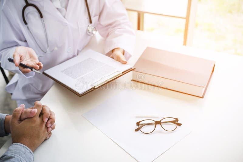 Soignez remplir vers le haut d'une forme d'histoire tout en consultant au patient photos stock