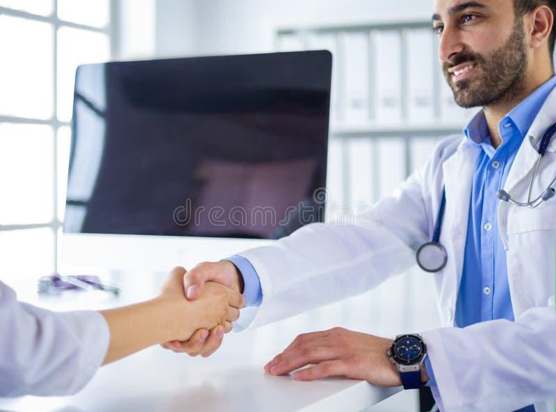 Soignez se serrer la main au patient dans le bureau au bureau photo stock