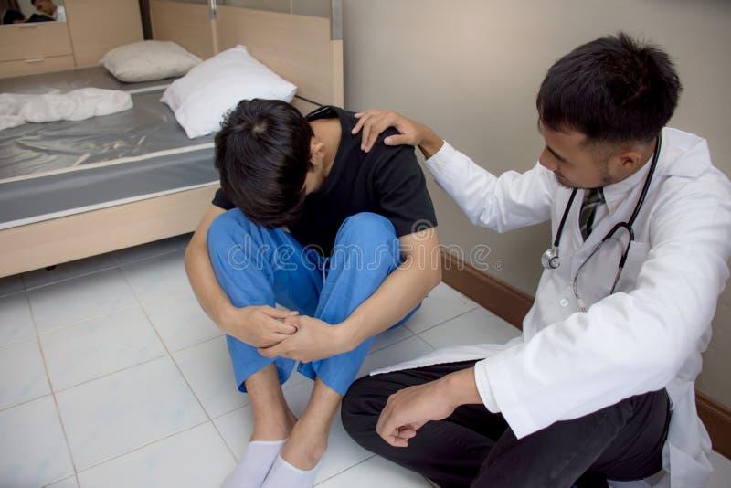 Soignez soulager le patient dans le patient médical de bureau recevant la mauvaise nouvelle et pleurer photos stock