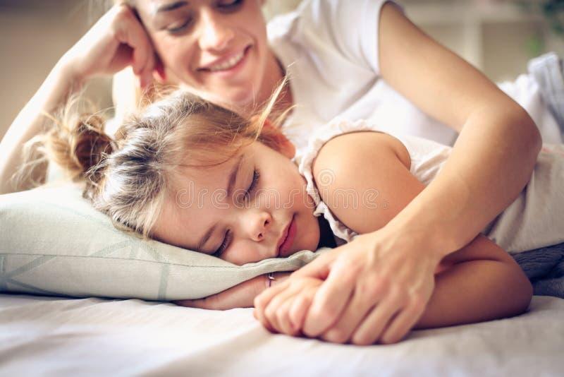 Soin au sujet de votre enfant même lorsqu'ils glissant photo stock