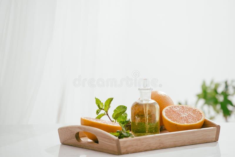 Soin de beauté d'huile de sérum de vitamine C d'agrumes, cosmétique naturel anti-vieillissement essence, aromatherapy photographie stock libre de droits