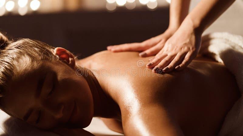 Soin de fuselage Masseur faisant le massage sur la femme de retour photos stock