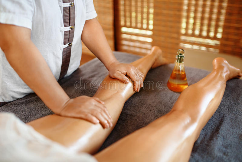 Soin de fuselage Thérapie de massage de station thermale Anti-cellulites de jambes de femme, soins de la peau photo stock