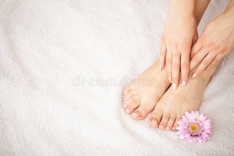 Soin de main et d'ongle Beaux pieds et mains du ` s de femmes après manucure et pédicurie au salon de beauté Manucure de station  image stock