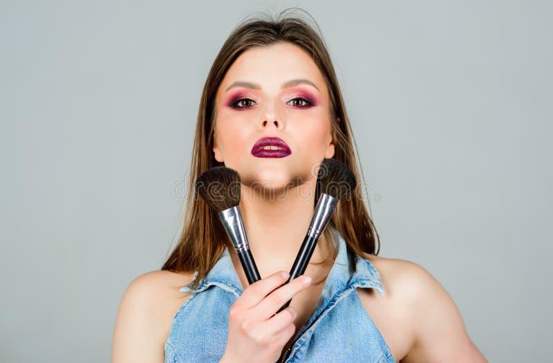 Soin de peau Concept de cosm?tiques de maquillage Crayon correcteur de teint Achat pour des produits de beaut? La fille appliquen photo stock