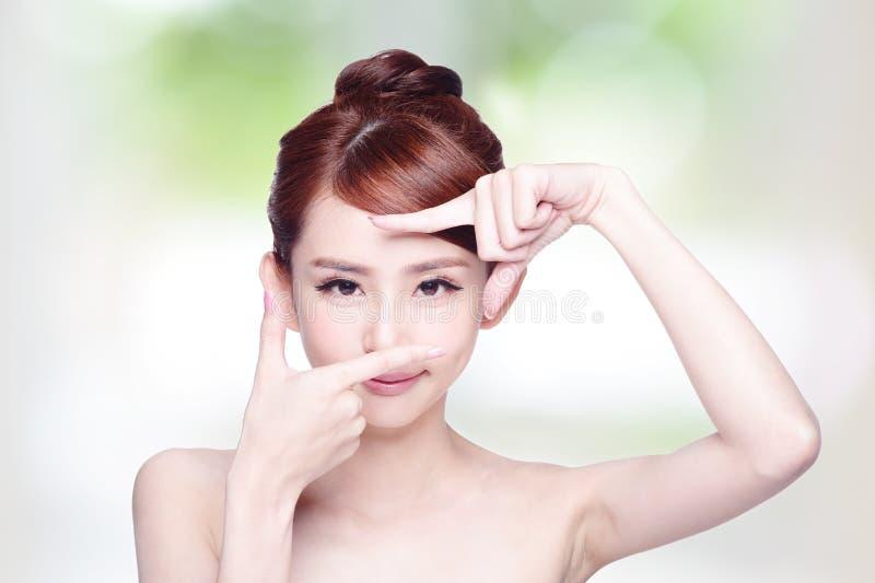 Soin de visage et d'oeil de femme photo stock