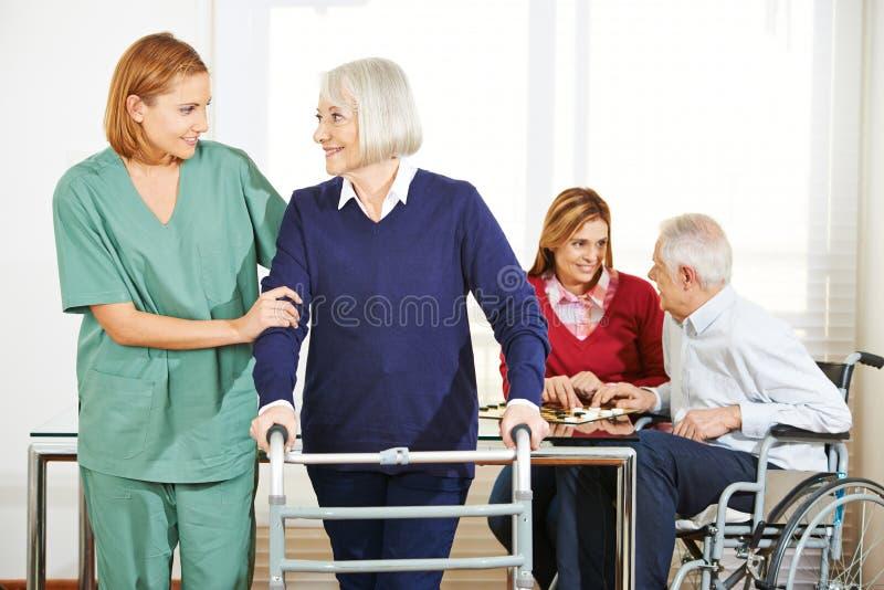 Soin infirmier à la maison pour les couples supérieurs photo libre de droits