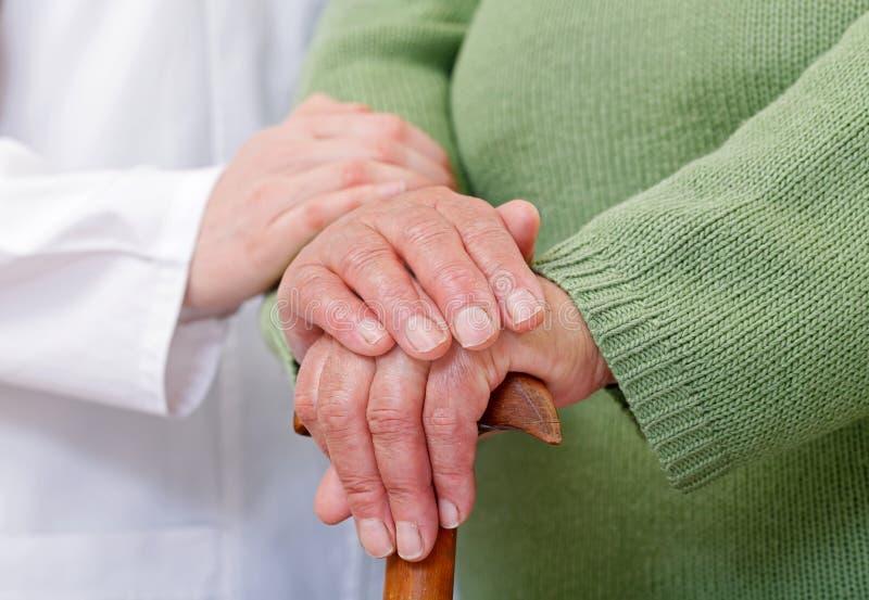Soins à domicile pluss âgé images libres de droits