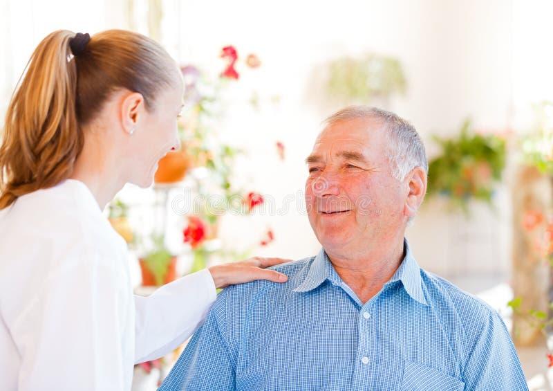 Soins à domicile pluss âgé image libre de droits