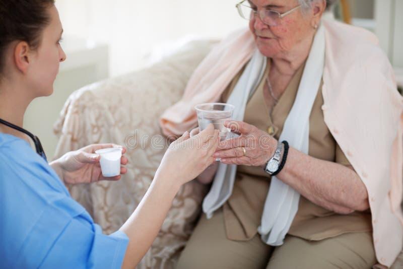 Soins à domicile pour des personnes âgées image stock