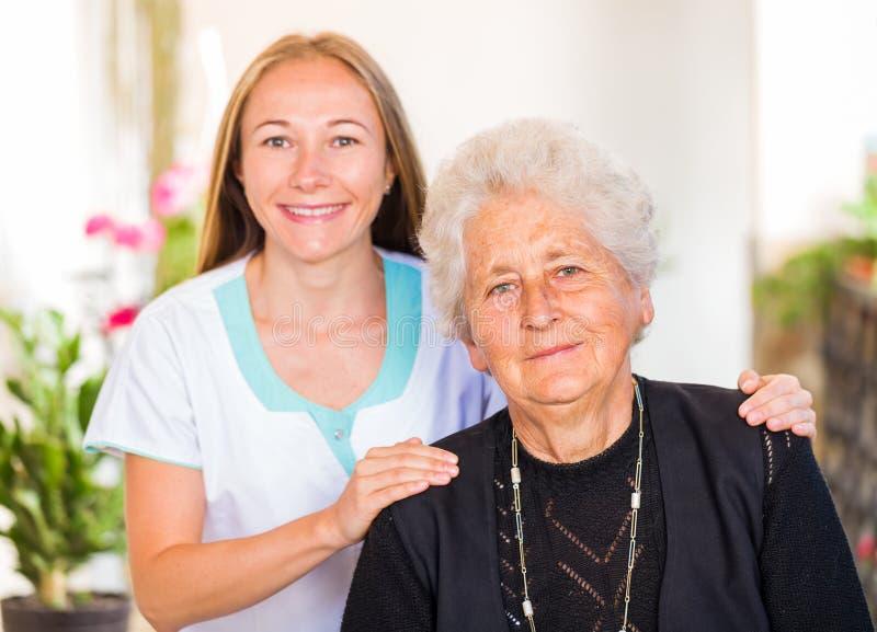 Soins à la maison pluss âgé photos libres de droits