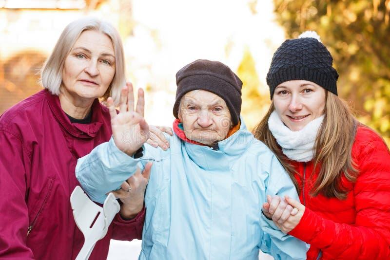 Soins à la maison pluss âgé images libres de droits