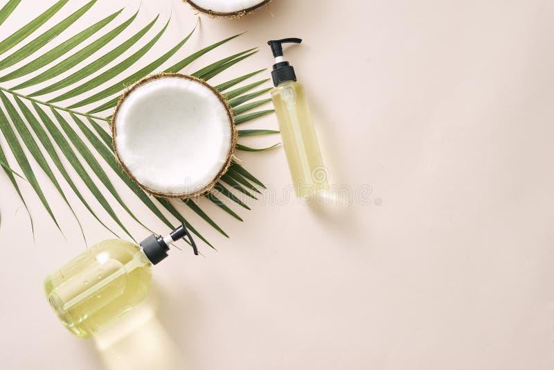 Soins capillaires de noix de coco de shampooing et de jet Masque fait maison de cosmétiques naturels Huile de noix de coco et fro photographie stock libre de droits
