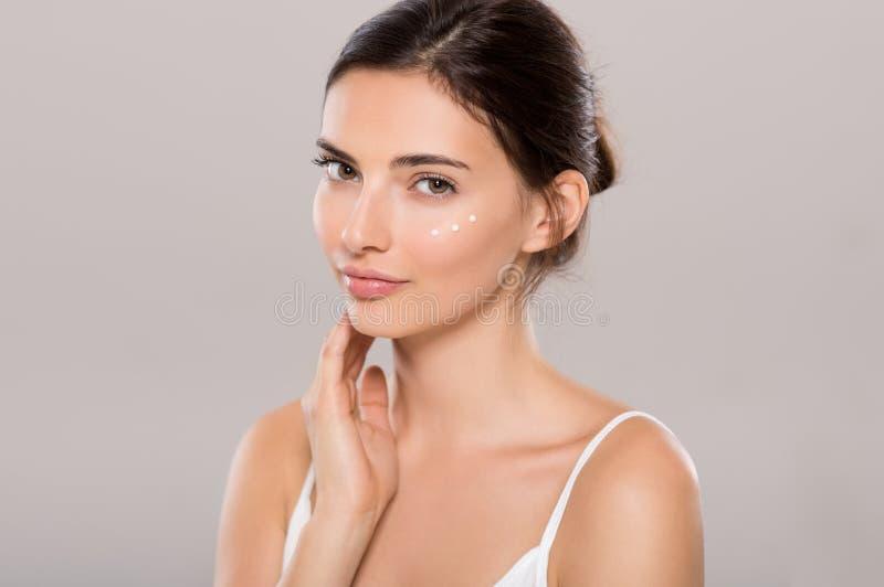 Soins de la peau avec la crème hydratante image stock