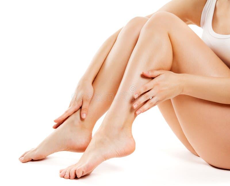 Soins de la peau de beauté de jambes, corps doux de femme, blanc femelle d'isolement photo stock